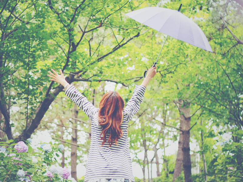雨でも傘をさして元気におでかけする女の子