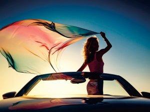 オープンカーに乗る女性