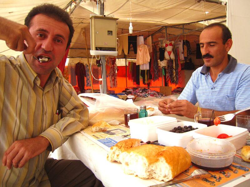 食事を楽しむトルコ人