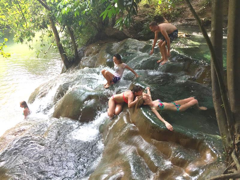 温泉を楽しむ人々