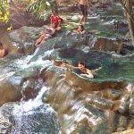 温泉マニア必見!!大人気タイのジャングルに流れる滝の天然温泉で気分爽快♪