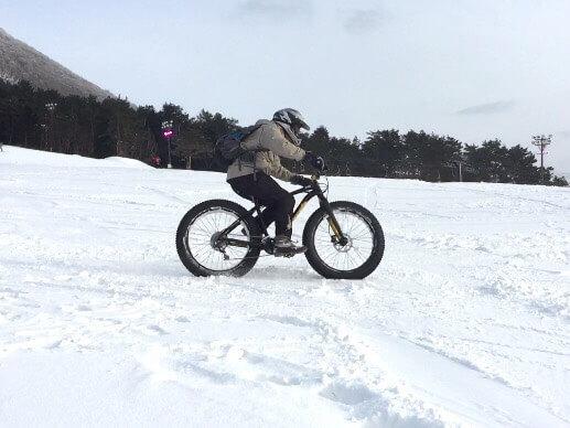 雪原を駆けるファットバイク