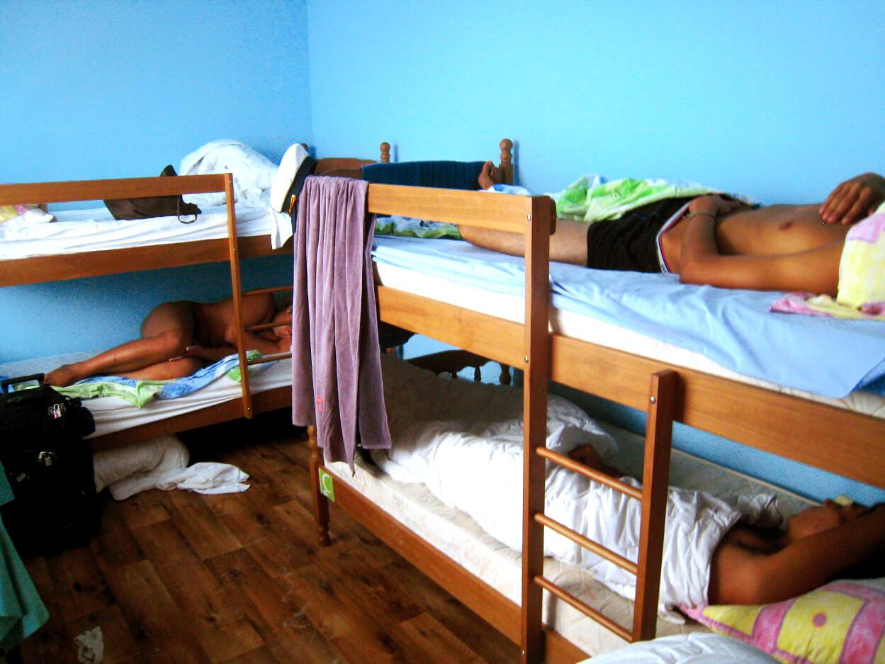 ドミトリー寝る男性