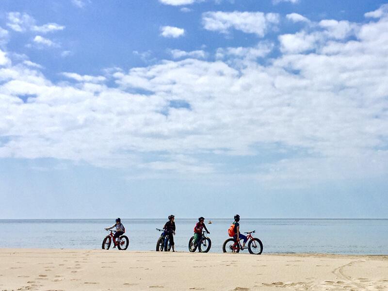 ビーチで4人、ファットバイクを止めてたそがれる