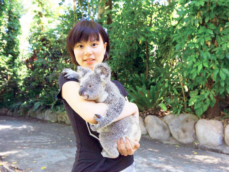 コアラを抱く女性