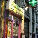 パリならこんなに安く買えちゃうの?賢い女子なら現地の薬局でフランス発のコスメ・化粧品を買いだめしちゃおう♪