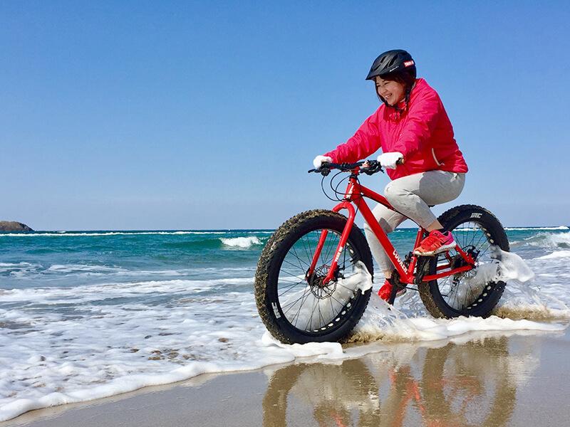 波打ち際を駆けるファットバイク