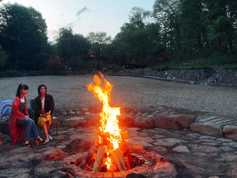 萌木の村|キャンプファイヤー。左から高城れに、寺本愛美 ©TBS