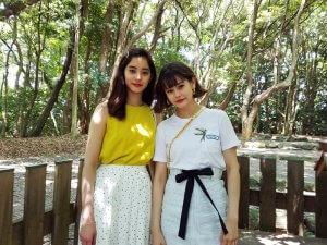 左から新木優子、emma ©TBS