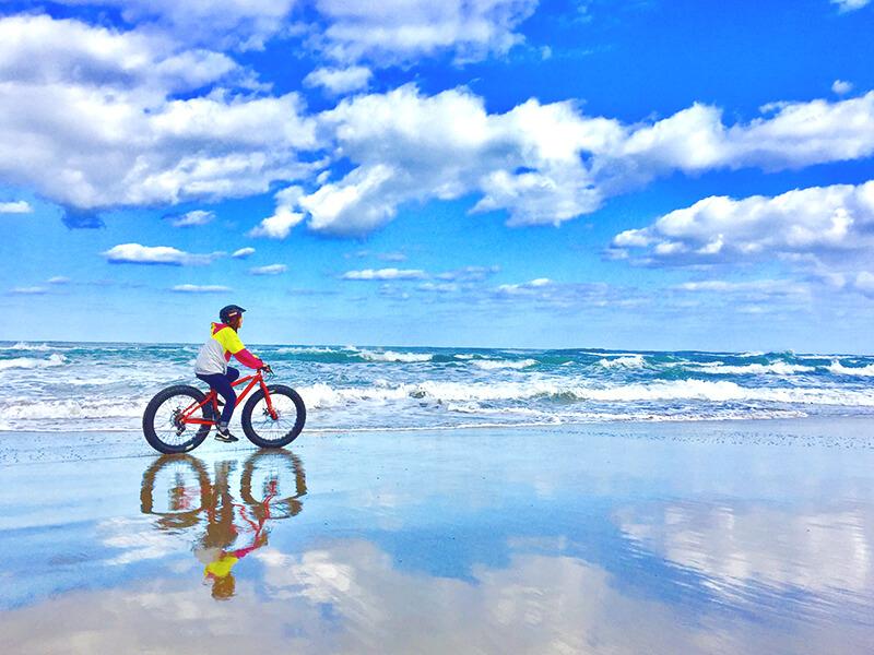 ウユニ塩湖のような鏡張りの砂浜をファットバイクで駆ける