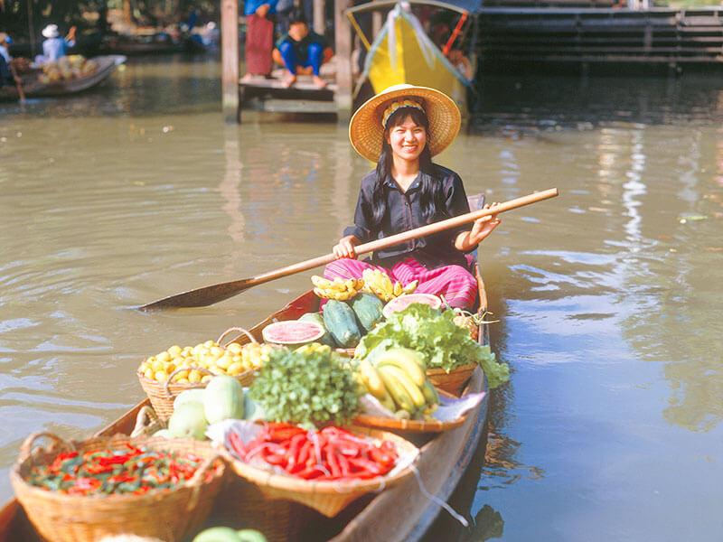 船上で食べ物を売る女性