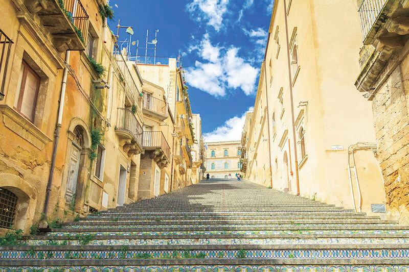 シチリア島の世界遺産!色トリドリのタイルが可愛い「カルタジローネ」に行ってみて♪