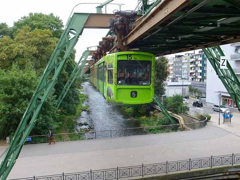 川の上を走るモノレール