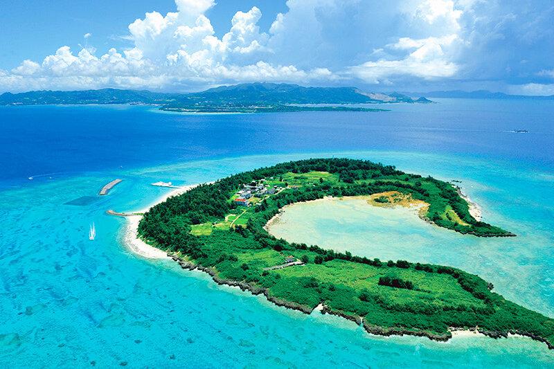 沖縄のクロワッサンアイランド!エメラルドグリーンの海と白い砂浜「水納島」の魅力