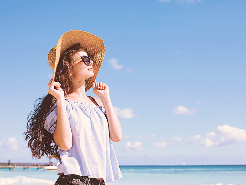 ハワイ旅行を楽しむ女性