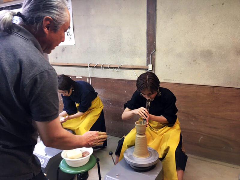 大谷焼きの窯元「森陶器」。左から飯豊まりえ、ラブリ ©TBS