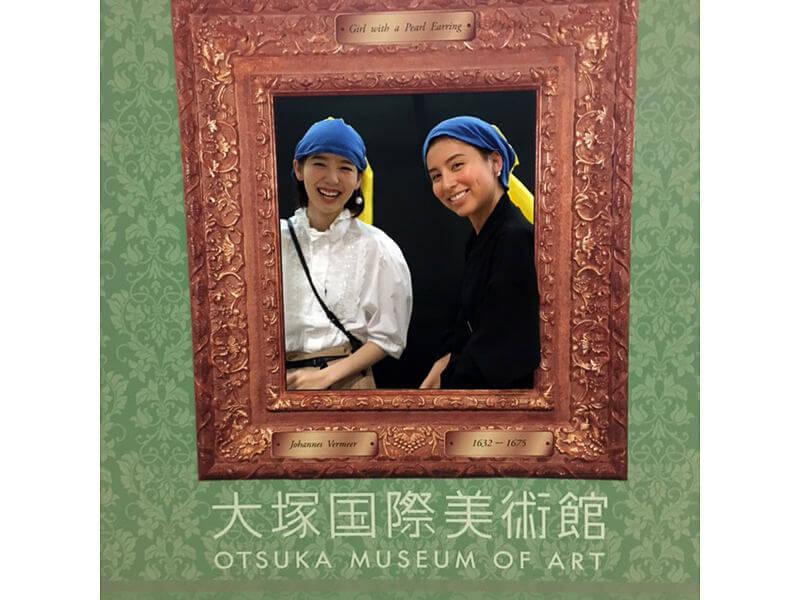 大塚国際美術館。左から飯豊まりえ、ラブリ ©TBS