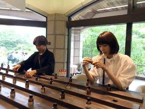 神戸布引ハーブ園。左からラブリ、飯豊まりえ©TBS