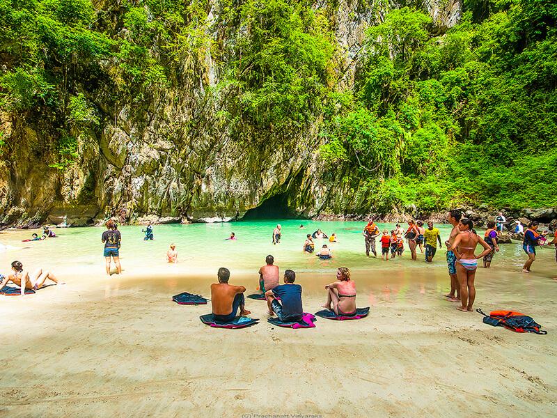 モラコット洞窟の入り江でくつろぐ人々