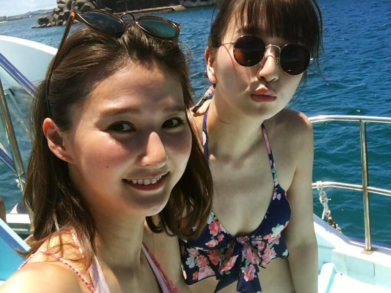 夏真っ盛りの沖縄。左から美優、鹿沼憂妃 ©TBS