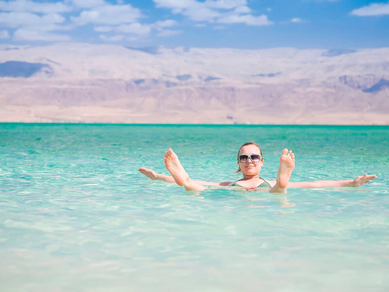 死海に浮かぶ女性