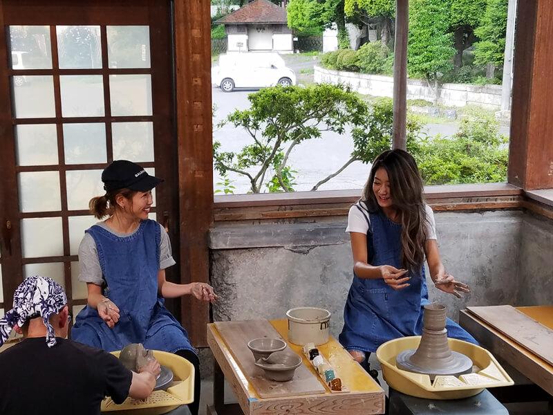 益子焼きの陶芸体験。左から舟山久美子、池田美優 ©TBS