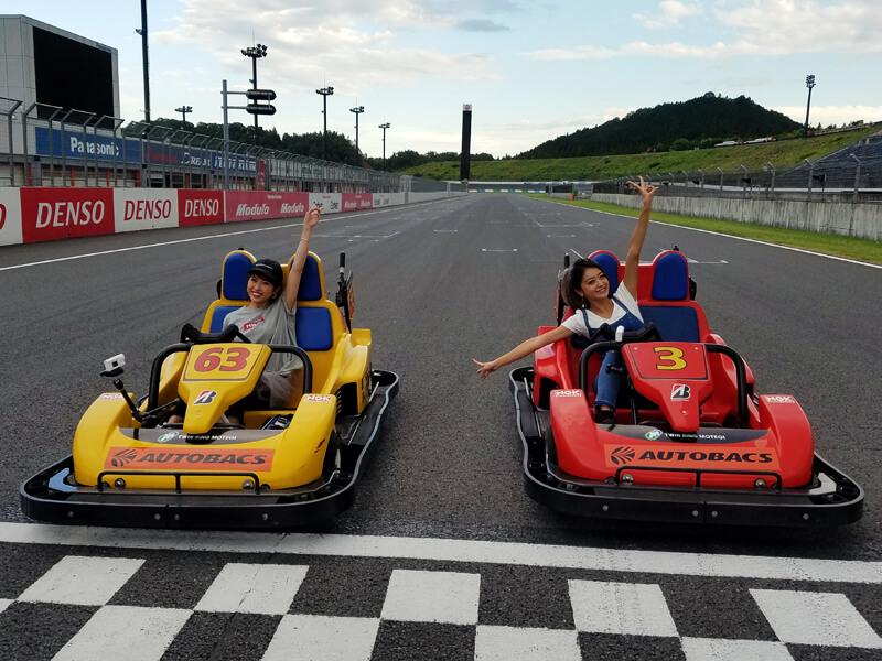 ツインリンクもてぎのサーキットカート。左から舟山久美子、池田美優 ©TBS