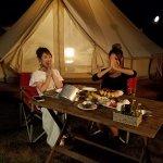 舟山久美子と池田美優が栃木県でグランピング体験!キャンプファイヤーを見ながら二人は。