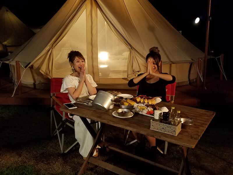 森と星空のキャンプヴィレッジ。左から舟山久美子、池田美優 ©TBS