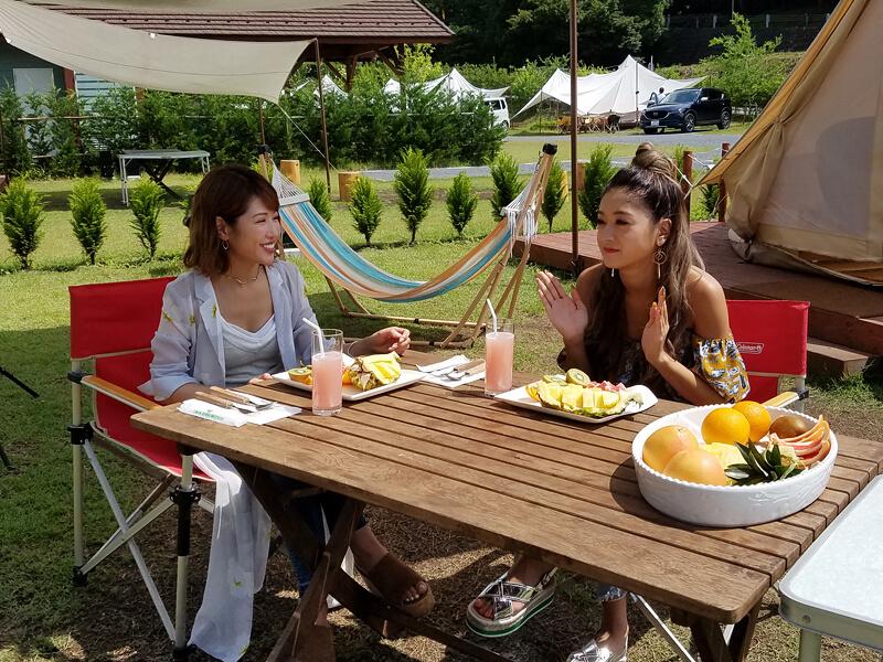 グランピングでの朝食。左から舟山久美子、池田美優 ©TBS