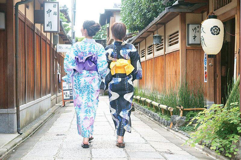 浴衣で京都観光する若い女性