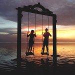 透明度バツグンの海の上でブランコ漕げちゃう♡バリの離島「ギリ島」をエンジョイ♪
