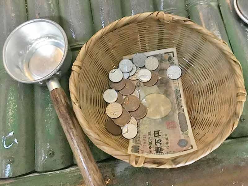 お金を洗うざると尺
