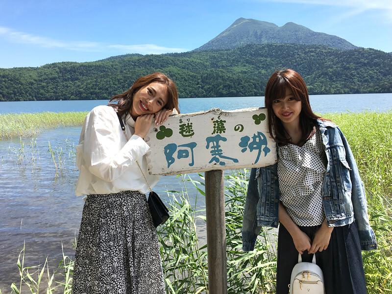 北海道・阿寒湖にて。左から土屋巴瑞季、久住小春 ©TBS