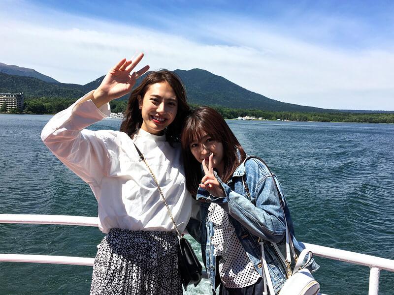 夏の釧路と阿寒湖を楽しむ。左から土屋巴瑞季、久住小春 ©TBS