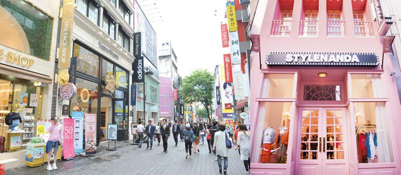 左:明洞街並み。右:オンラインショップから始まった「STYLENANDA」。写真提供:韓国観光公社
