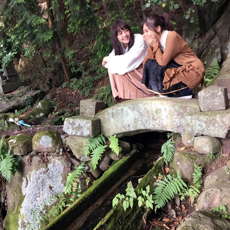 大滝湧水。左から松井愛莉、佐野ひなこ ©TBS