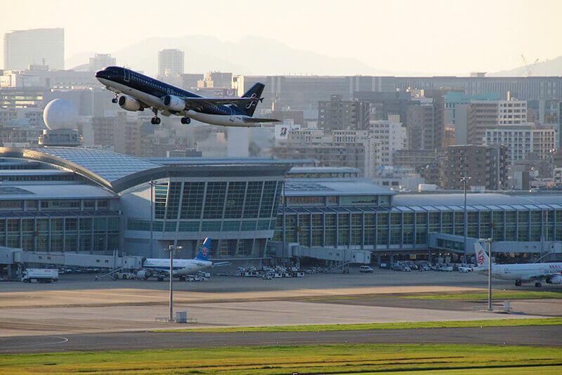 空港から飛び立つスターフライヤー