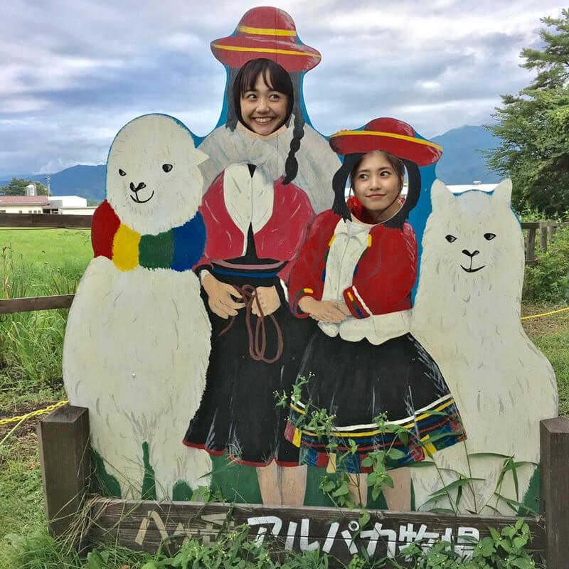 八ヶ岳アルパカ牧場にて。左から松井愛莉、佐野ひなこ ©TBS