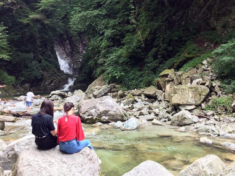 清流・尾白川渓谷。左から松井愛莉、佐野ひなこ ©TBS
