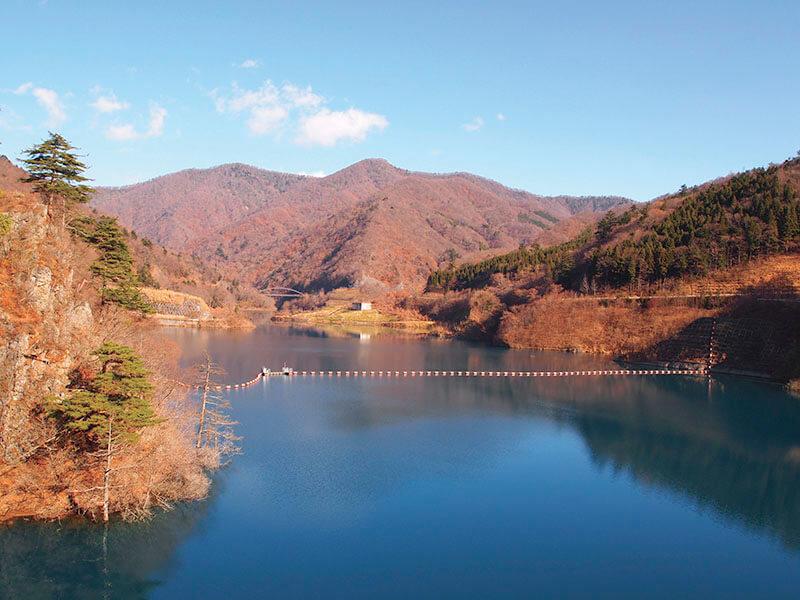 紅葉の奥四万湖