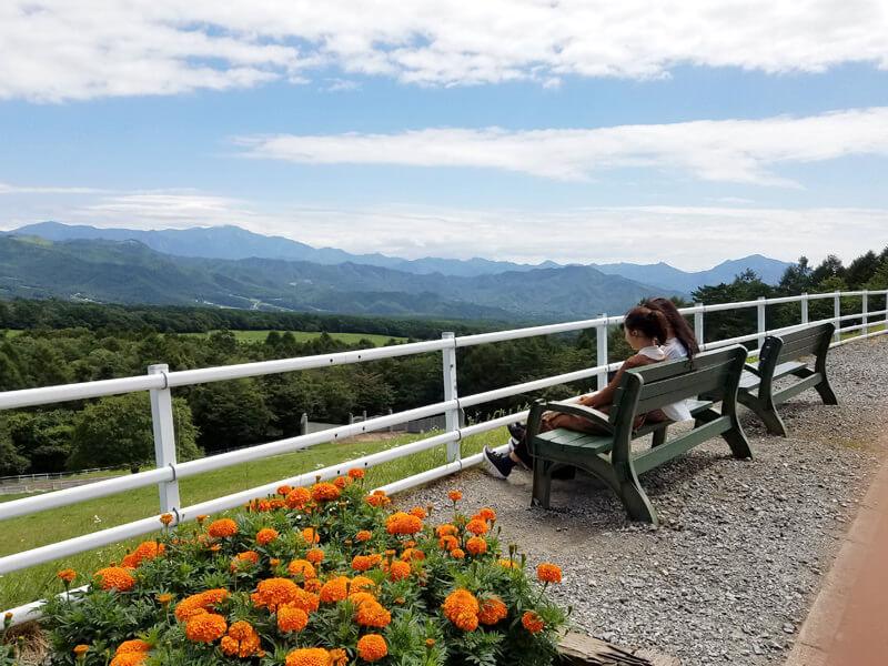 まきば公園。左から佐野ひなこ、松井愛莉 ©TBS