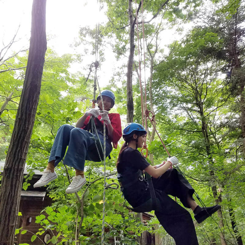 ツリークライミングで木登り。左から松井愛莉、佐野ひなこ ©TBS