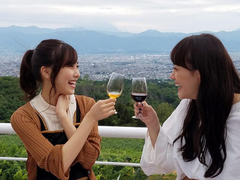 サントリー登美の丘ワイナリー。左から佐野ひなこ、松井愛莉 ©TBS