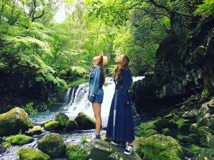 美しい蓼科大滝。左からLeola、Dream Shizuka ©TBS