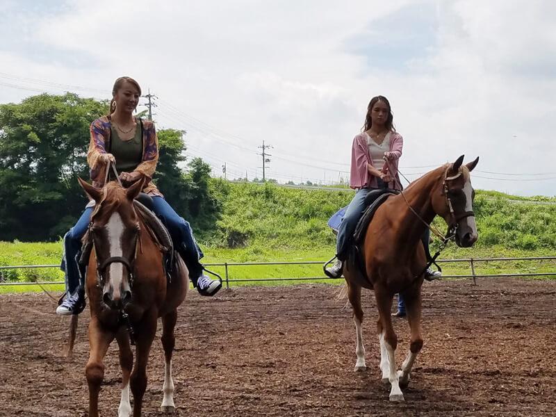 蓼科乗馬ファームで乗馬体験。左からDream Shizuka、Leola ©TBS