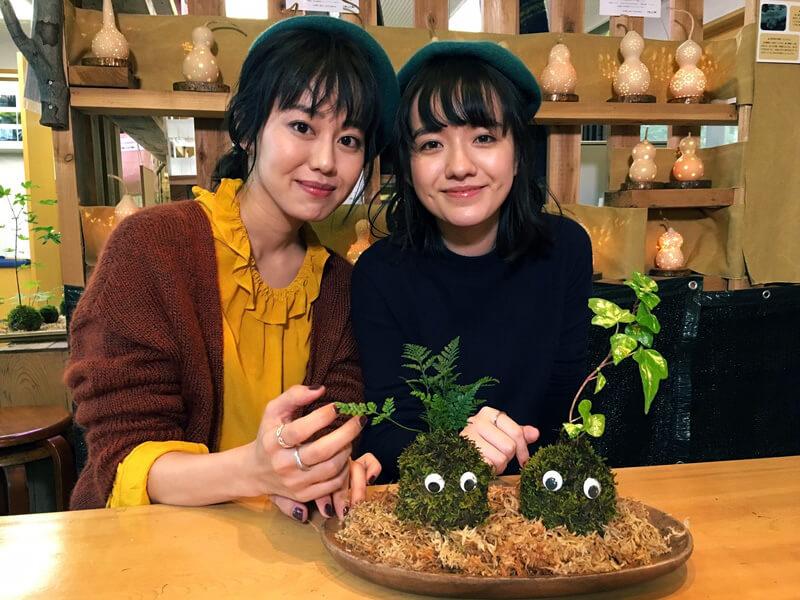「モスボール」苔玉作り。左から宮崎香蓮、小島藤子 ©TBS