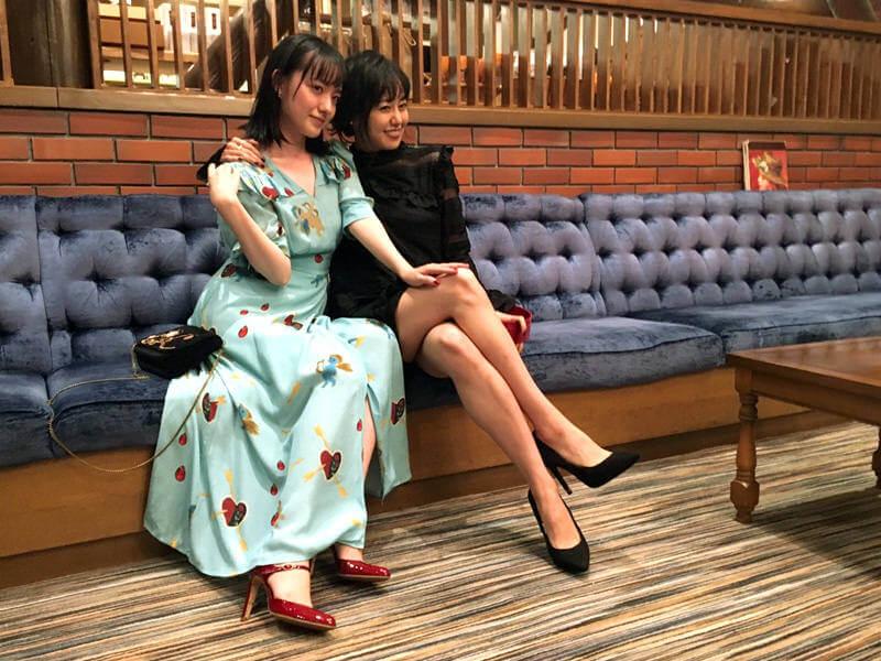 十和田プリンスホテルにて。左から小島藤子、宮崎香蓮 ©TBS