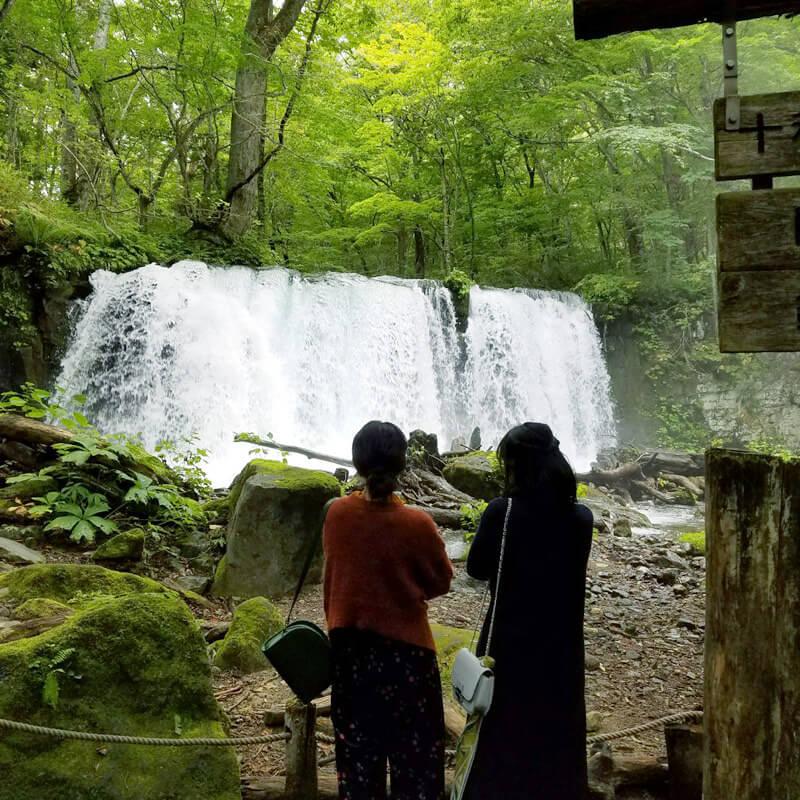 奥入瀬渓流。左から宮崎香蓮、小島藤子 ©TBS