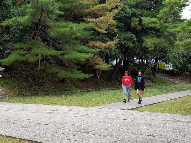 瑠璃光寺。左から佐藤晴美、楓 ©TBS